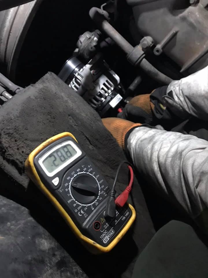 Napięcie ładowania 28 volt zmierzone przez warsztat tir mobilny Nowe Miasteczko.