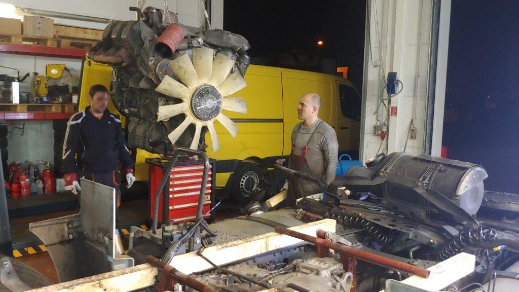 Serwis tir Lubin demontuje silnik TIR Actros schodzi na paletę