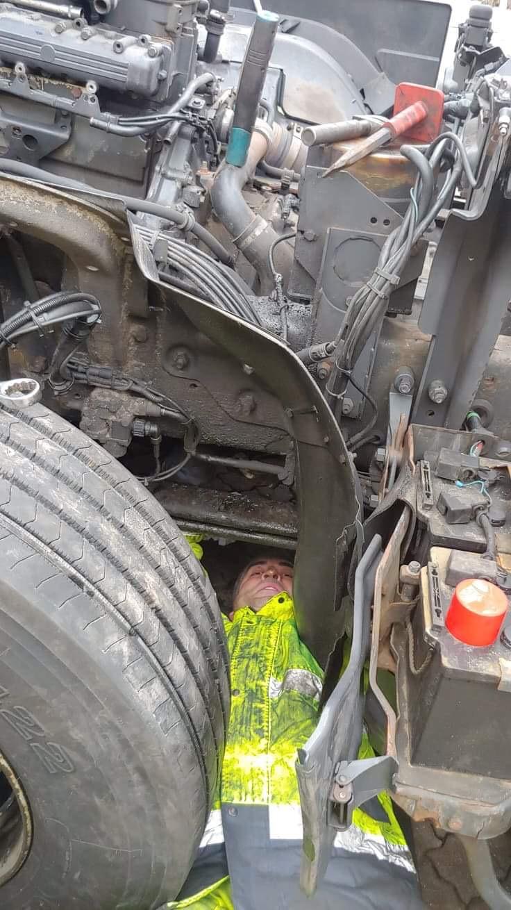 Dokręcanie szpilki tylnej silnika
