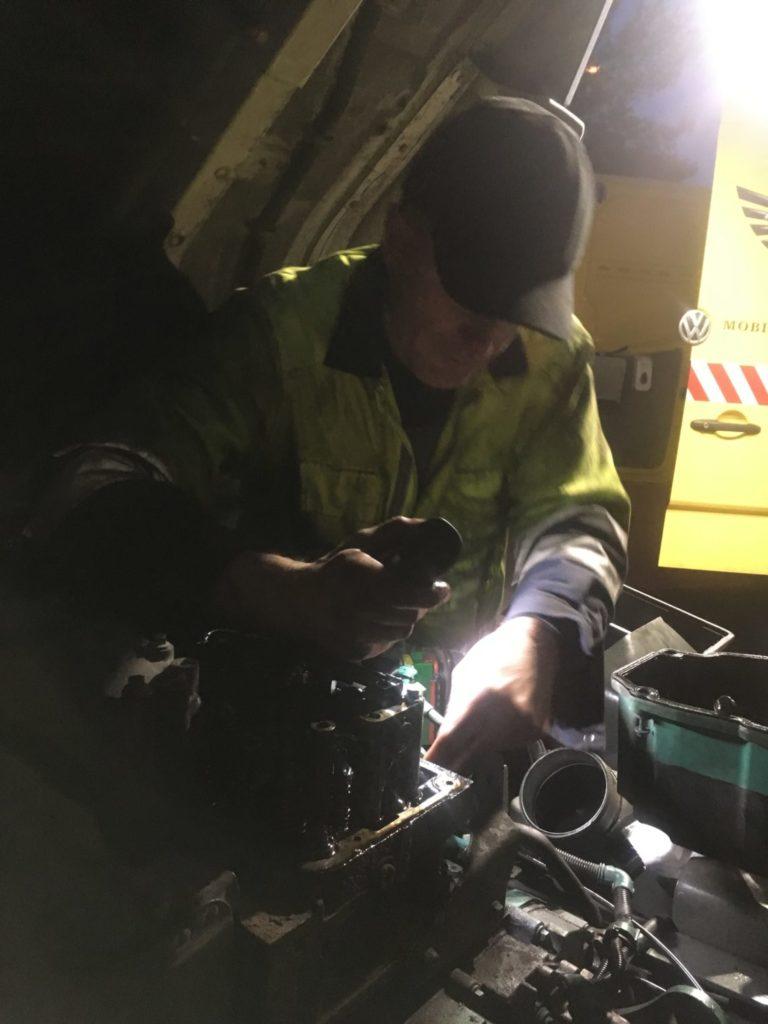 Nocna naprawa przez serwis TIR Volvo